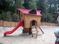Kleinkinderspielplatz mit Hüpfkissen und Rutschenhäusern