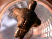 Eine aus Marmor geschnitzte kleine Frau
