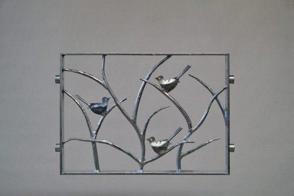 Geschmiedetes Fenstergitter mit drei kleinen Vögeln