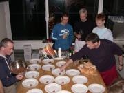 wir haben zusammen gekocht: gefüllte Datteln, Hähnchenkeulen mit Ingwer, Gurkengemüse mit Curry, Eissplittertorte... - unsere letzte Betriebsfeier 2009