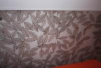 Kopfteil für ein Bett aus mit Blättern vergossenem Acrylglas