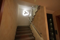 Treppenhaus mit wunderschönem Naturstein, LED Geländer und Wandleuchte