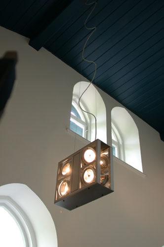 Zwei serielle Leuchten wurden rückseitig montiert