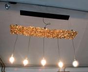 Leuchte mit goldenem Baldachin