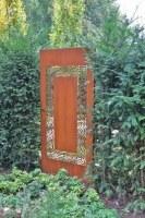 Rostiges, feingliedriges Fenster für ein maurisches Gartenzimmer