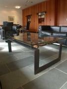 Tisch mit einer alten Kornspeichertüre der Dogon