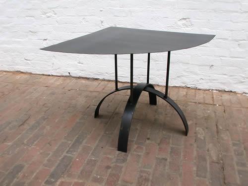 Beistell Tisch aus Zunder Stahl