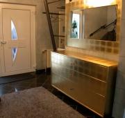 Garderobe mit wandhängendem Schubladenschrank, blattvergoldet