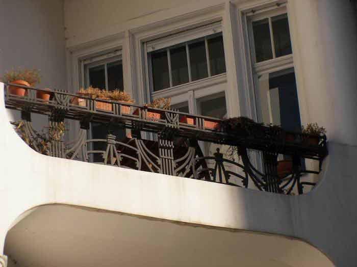 balkongel nder mit blumenkastenhalterung am nikischplatz in. Black Bedroom Furniture Sets. Home Design Ideas