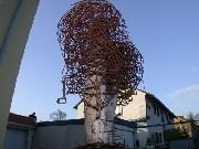 Notenbaum - Skulptur aus Stahldraht und einem Baumstamm