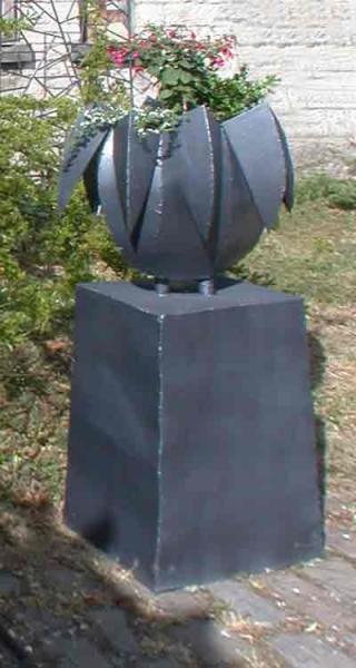 Gefäß aus Stahlblech mit quadratischem Sockel