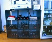 Steck Regal mit Glasscheiben für Weinflaschen. Stahl gelasert