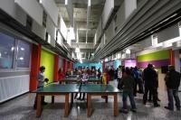 Tischtennis in farbenfroher Umgebung