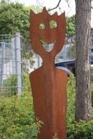 zwei Meter große plasmagetrennte Gartenskulptur aus Stahl