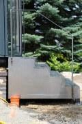 Treppe aus rostigem Stahl mit einem Kräutergarten