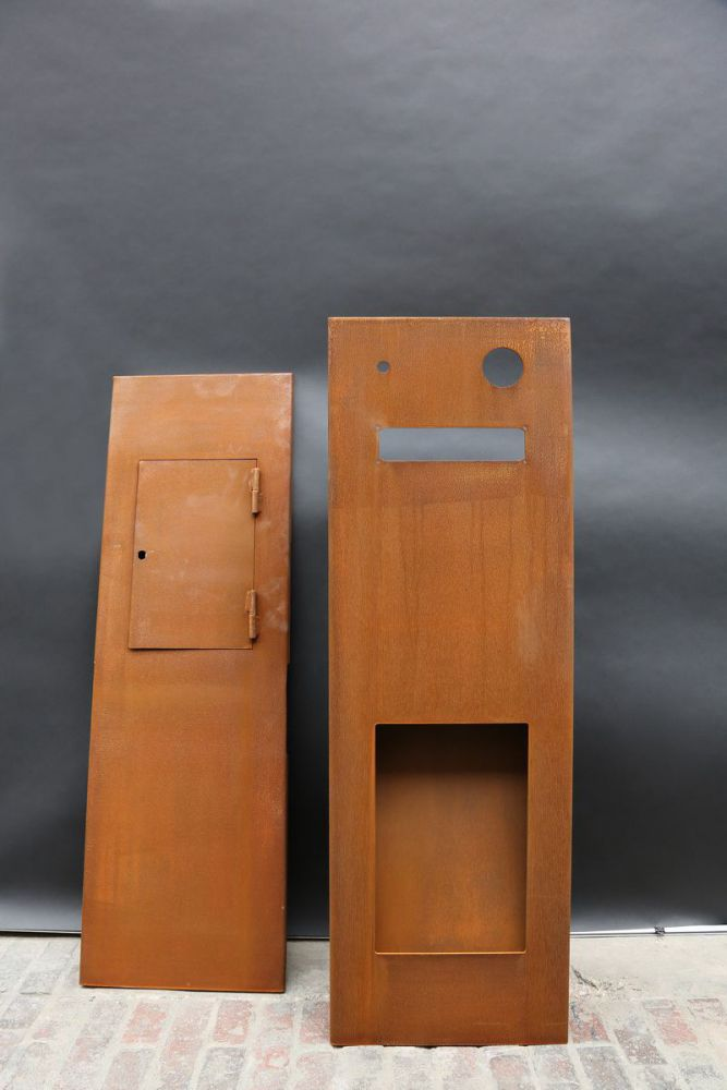 briefkasten aus corten stahl mit indirekter beleuchtung. Black Bedroom Furniture Sets. Home Design Ideas