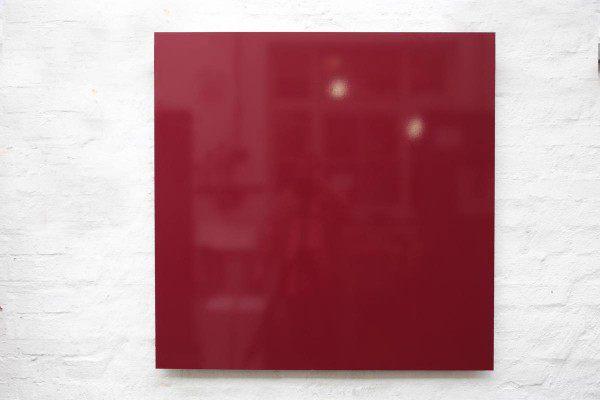 Pinnwand aus Stahl mit einer roten Folie beklebt.