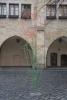 Probeaufbau einer roten Blumenskulptur auf dem historischen Marktplatz in Hildesheim