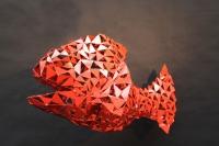 Rote Fischskulptur aus lackiertem Metall