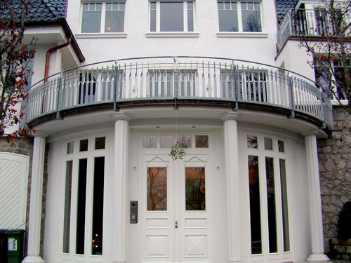 Balkongeländer für einen halbrunden Balkon.