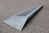 rutschsichere Rampe aus verzinktem Stahll mit einem Gitterrost