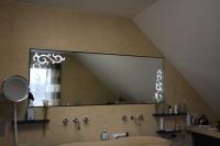 Dieser super schöne Badezimmerspiegel mit gesandstrahlten Ornamenten ist mit LED´s hinterleuchtet