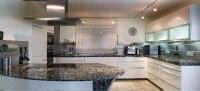 Küche mit einer wunderschönen Küchenarbeitsplatte aus Naturstein