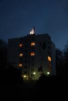 Leuchtende Tannenbäume auf einem Hochhaus der Kreiswohnbau Hildesheim in Bad Salzdetfurth