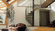 Spindeltreppe aus Edelstahl mit Holzstufen und Geländer