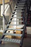 Treppe und Treppengeländer aus lackiertem Stahl