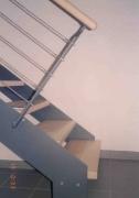 Treppe aus Stahl, der Handlauf ist aus Holz