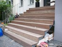 Treppe aus feuerverzinktem Stahl mit Belag aus Banghirei Holz