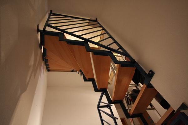 treppe aus vierkantrohr farbig lackiert stufen aus buche. Black Bedroom Furniture Sets. Home Design Ideas