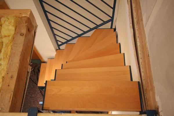 treppe aus vierkantrohr farbig lackiert stufen aus buche. Black Bedroom Furniture Sets. Home Design Ideas