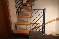 Treppe aus Vierkantrohr, farbig lackiert, Stufen aus Buche