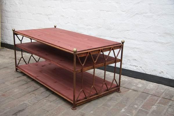 tv tisch aus rostigem rundeisen mit regalb den aus holz. Black Bedroom Furniture Sets. Home Design Ideas