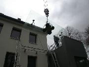 Treppe und Vordach aus Stahl mit einer 3 Meter langen Glasscheibe