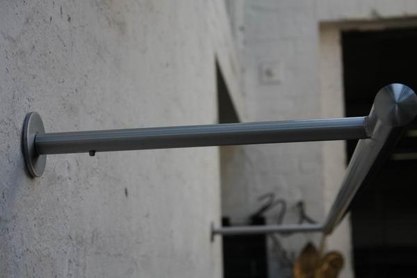 wandhängende Garderobe aus Edelstahl