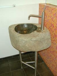 Waschbecken aus Granit mit einem Edelstahl Untergestell