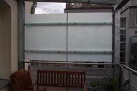 Windschutz und Sichtschutz aus feuerverzinktem Stahl und opakem Sicherheitsglas